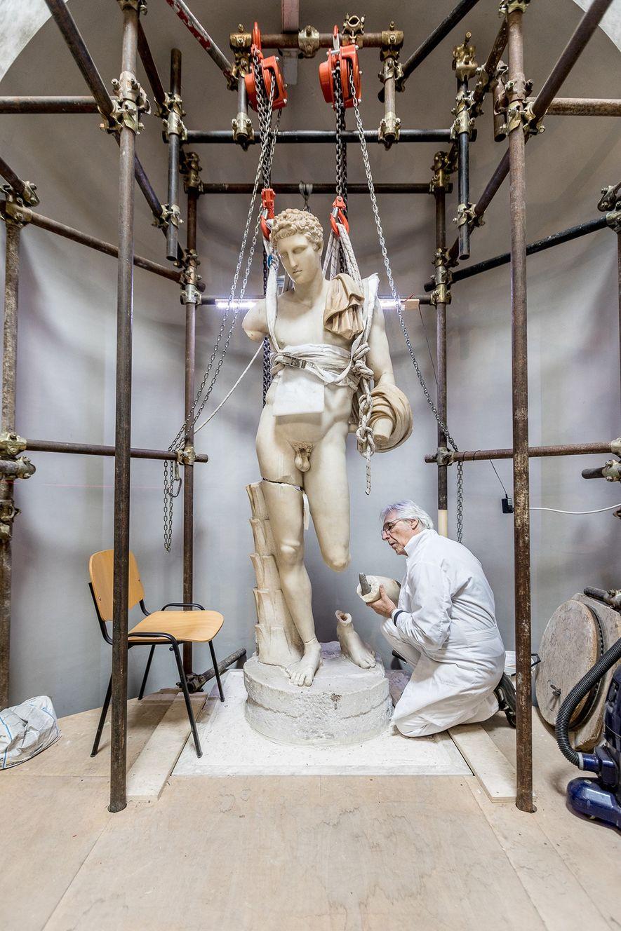 Massimo Bernacchi restaura o Belvedere Hermes, que data do tempo de Adriano. A estátua foi adquirida ...