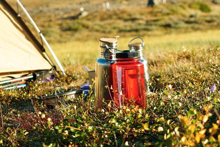 As garrafas de água reutilizáveis são o melhor amigo de um viajante. Mas como encontrar água ...