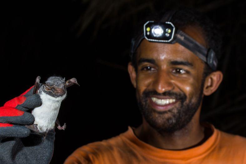Ricardo Rocha com um morcego