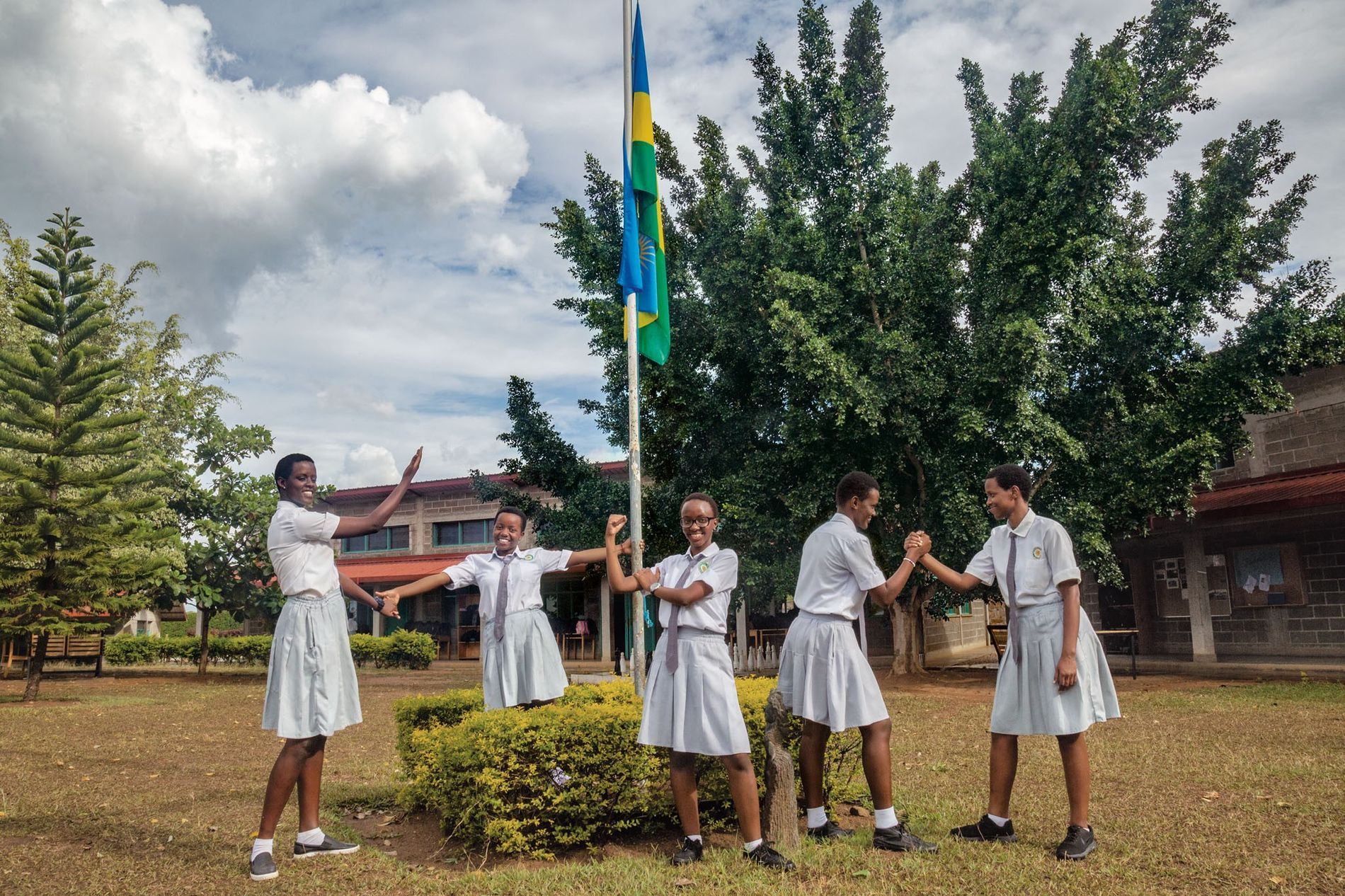 Cynthia Ikirezi (ao centro) irradia alegria com as suas colegas, líderes estudantis na Academia de Raparigas ...