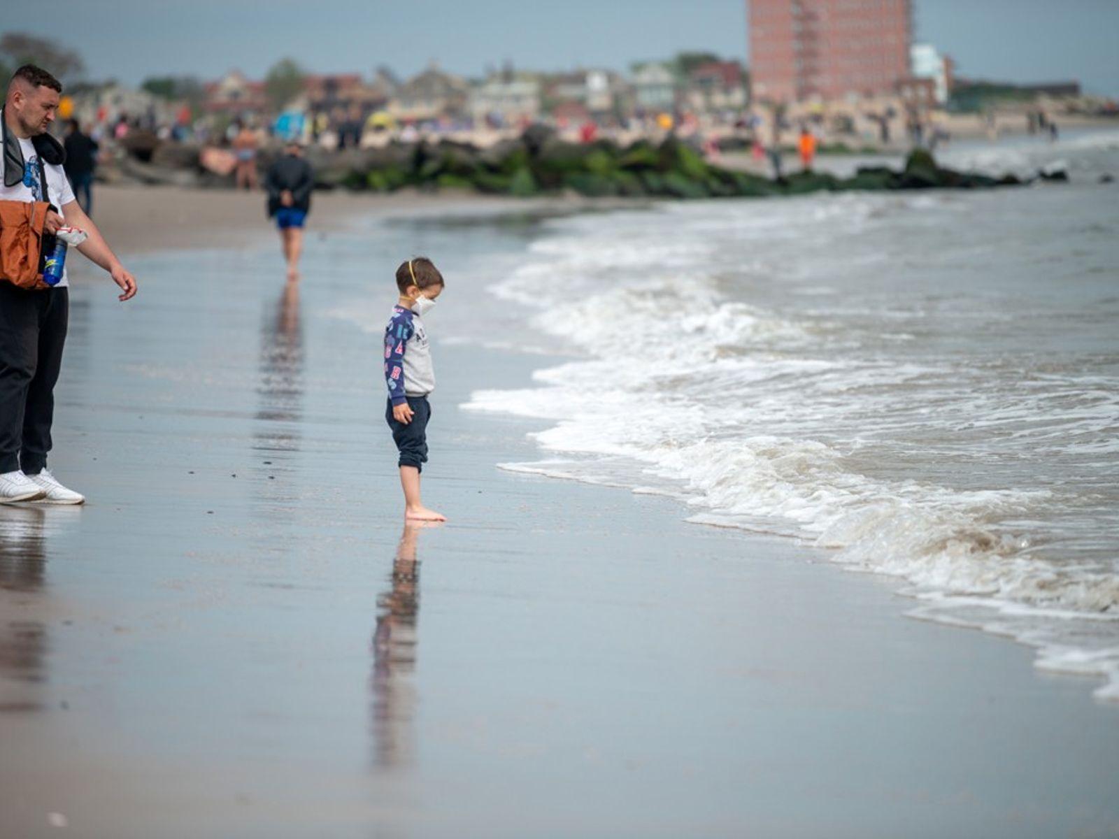 Uma criança com uma máscara facial em Coney Island, pouco tempo depois da cidade de Nova ...