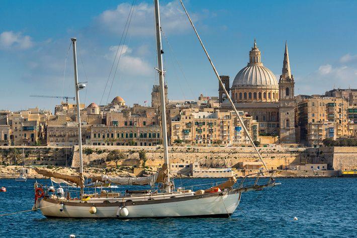 Veleiro na costa de Malta