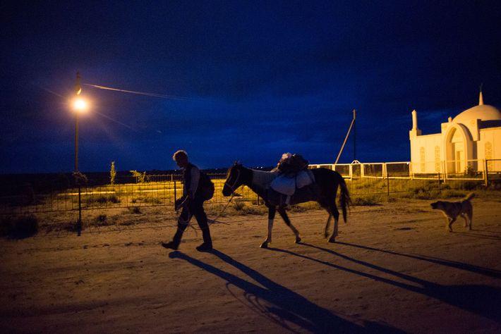 No Cazaquistão, Salopek e o seu cavalo, Alex Moen, chegando à necrópole de Yesmambet-Ata.
