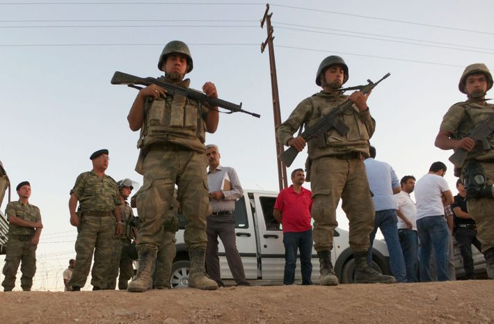 Em 2014, perto da rota de Salopek, soldados turcos formavam uma barreira humana ao longo da ...