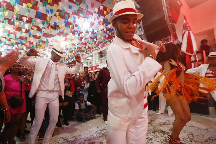 Bailarinos a dançar na escola de samba Salgueiro
