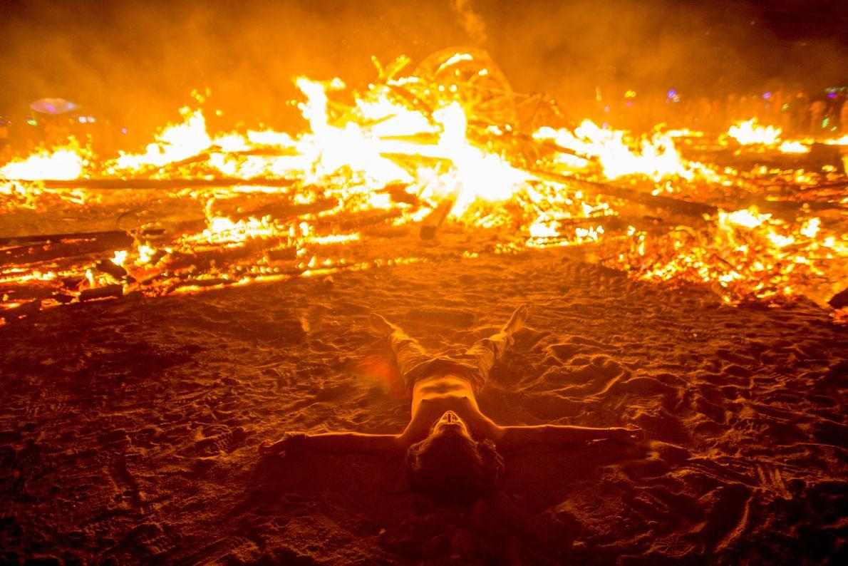 Após a queima, as pessoas dançam, rezam e desfrutam