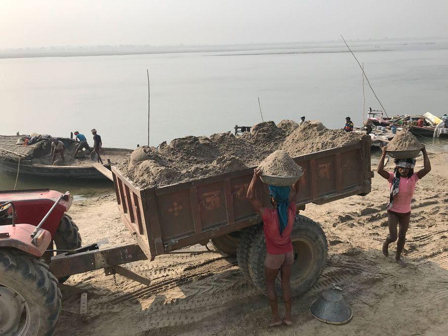 Os mineiros de areia recolhem a sua valiosa mercadoria do rio Ganges, em Utar Pradexe. A mineração manual é permitida pelas autoridades – as minas ilegais usam frequentemente maquinaria pesada.