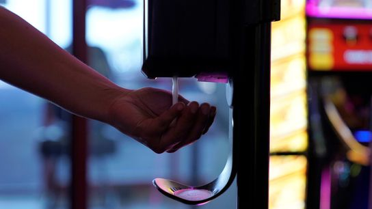 Apesar de o maior perigo residir no consumo oral, o uso de desinfetantes para as mãos ...