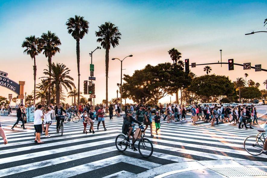 Milhões de turistas e habitantes locais acorrem ao cais de Santa Monica para contemplar a vista ...