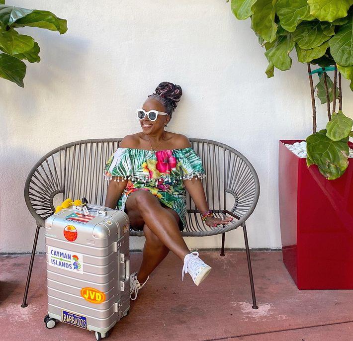 Sarah Greaves-Gabbadon, jornalista premiada sediada em Miami, apresentadora de televisão e especialista em viagens nas Caraíbas, ...
