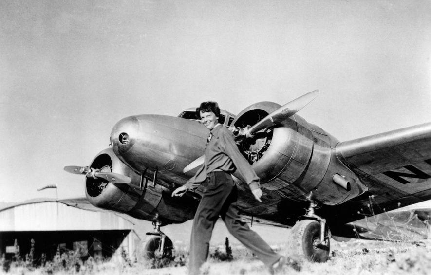 Amelia Earhart a passar em frente ao seu Lockheed Electra, o avião onde desapareceu, em julho ...