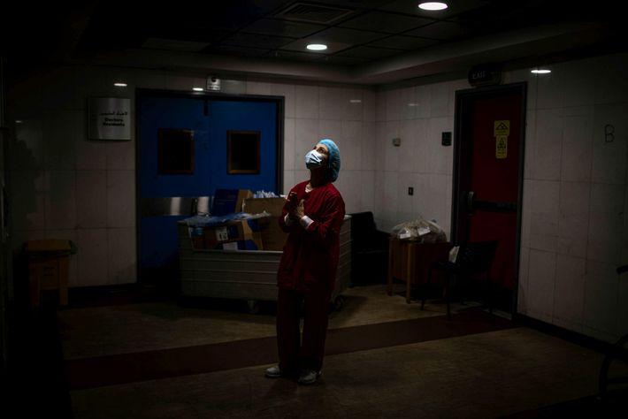 Uma enfermeira reza nos corredores da Unidade de Cuidados Intensivos do Hospital Universitário Rafik Hariri, no ...