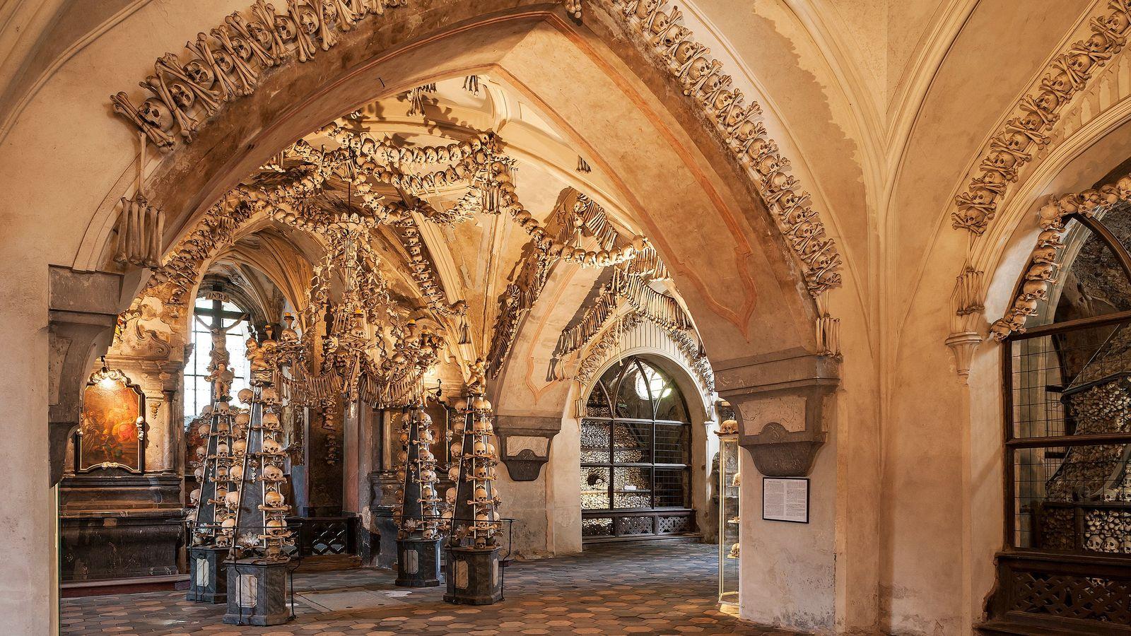 O Ossuário de Sedlec está decorado com ossos humanos