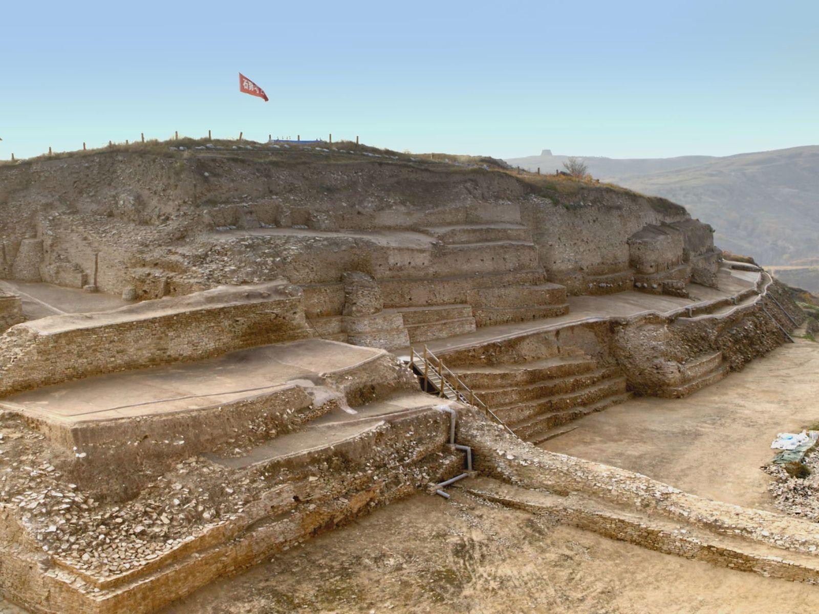 Coroada por uma pirâmide em degraus com mais de 60 metros de altura, uma cidade fortaleza ...
