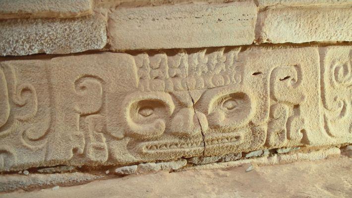 """Os arqueólogos dizem que as esculturas de pedra descobertas recentemente """"podem ter dotado a pirâmide com ..."""