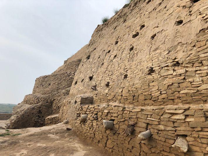 As muralhas fortificadas que rodeiam a cidade têm 2,5 metros de espessura e 10 quilómetros de ...