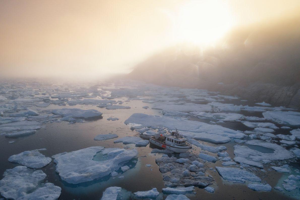 É normal ver um barco a atravessar lentamente as águas repletas de icebergues. Sem um sistema ...