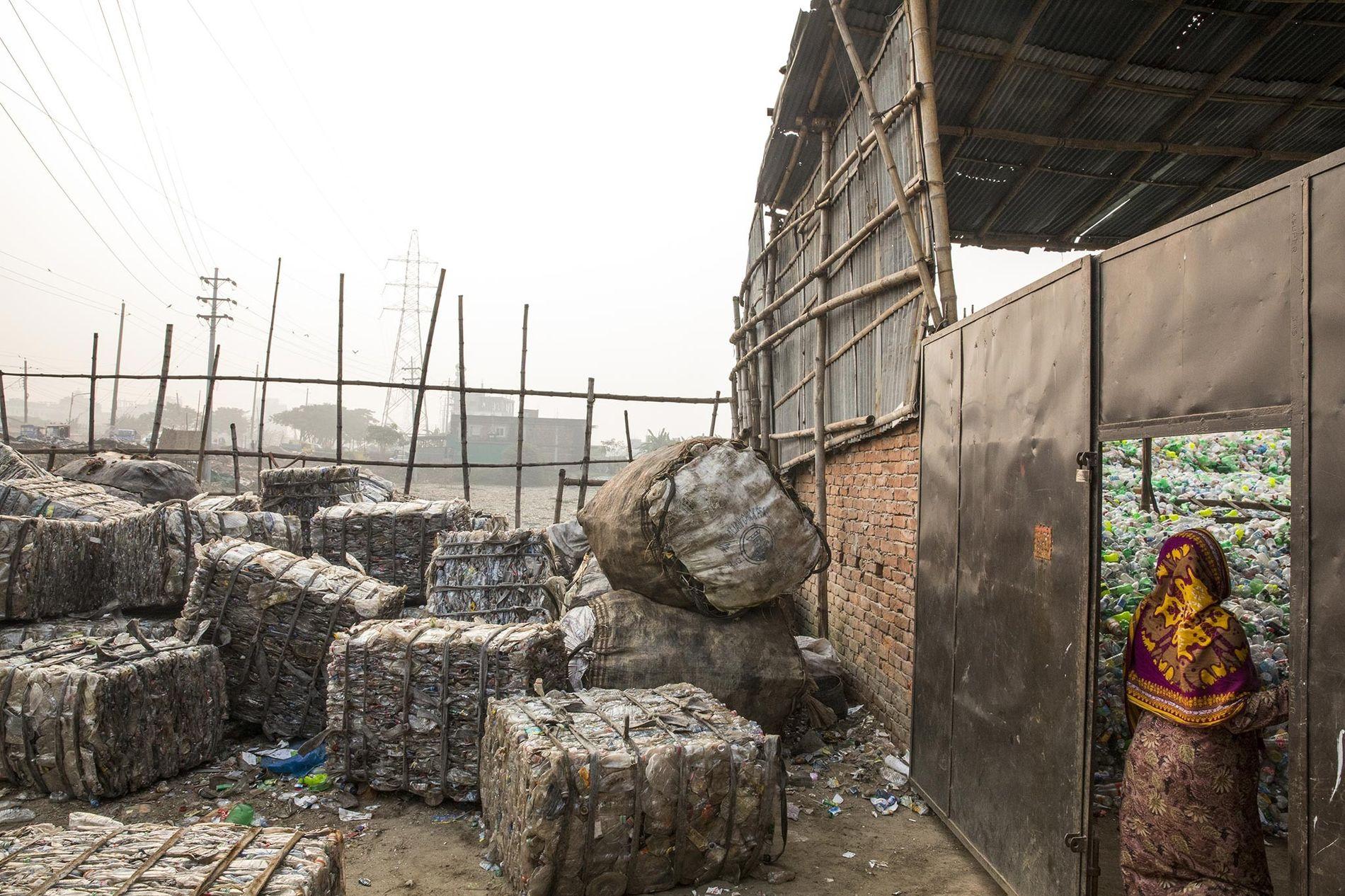 Pacotes de plástico aguardam reciclagem, em Daca, no Bangladesh.