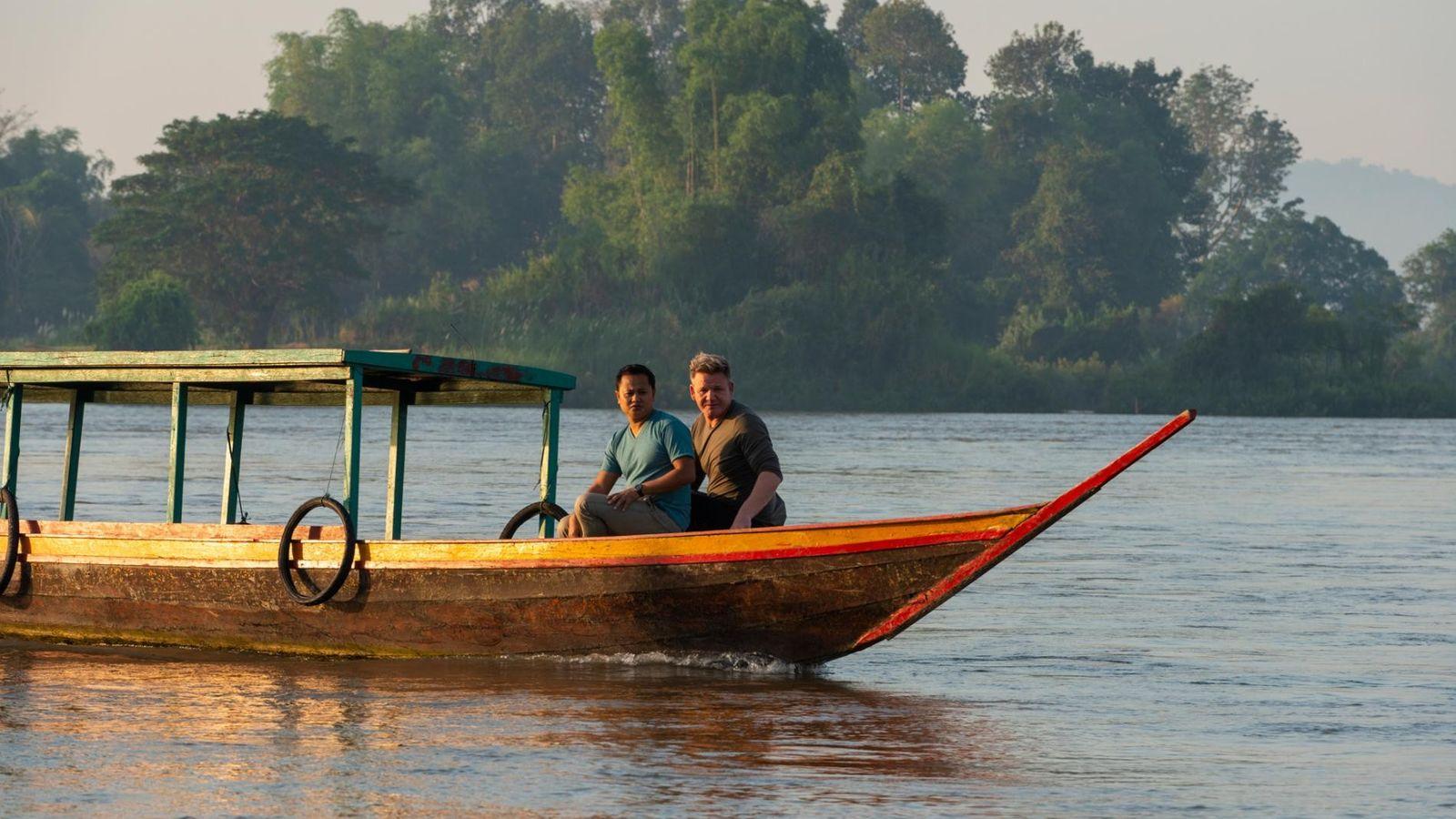 O chef Joy Ngeuamboupha e Gordon Ramsay navegam ao longo do poderoso rio Mekong para descobrir ...