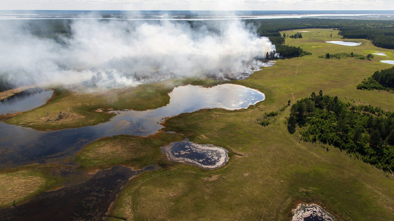Uma floresta a arder na região centro de Yakutia, uma das regiões mais frias da Rússia. ...
