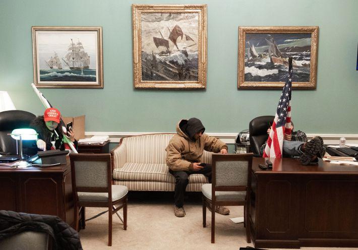 Apoiantes de Trump no escritório de Nancy Pelosi, a presidente da Câmara dos Representantes.