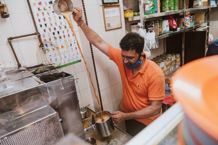 vendedor prepara teh tarik
