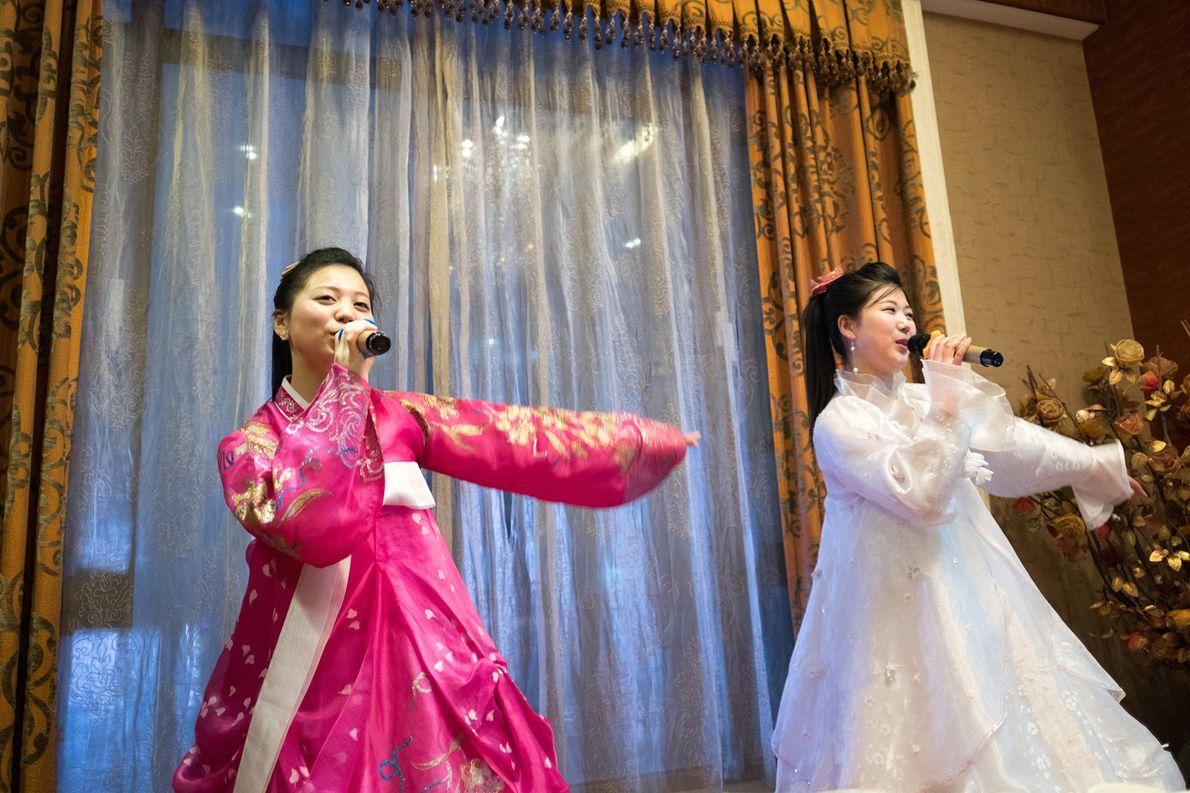 Artistas norte-coreanos cantam num hotel