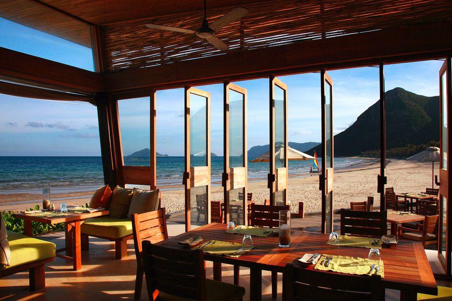 Desfrute de panorâmicas deslumbrantes sobre o oceano no restaurante By The Beach no Six Senses Con ...