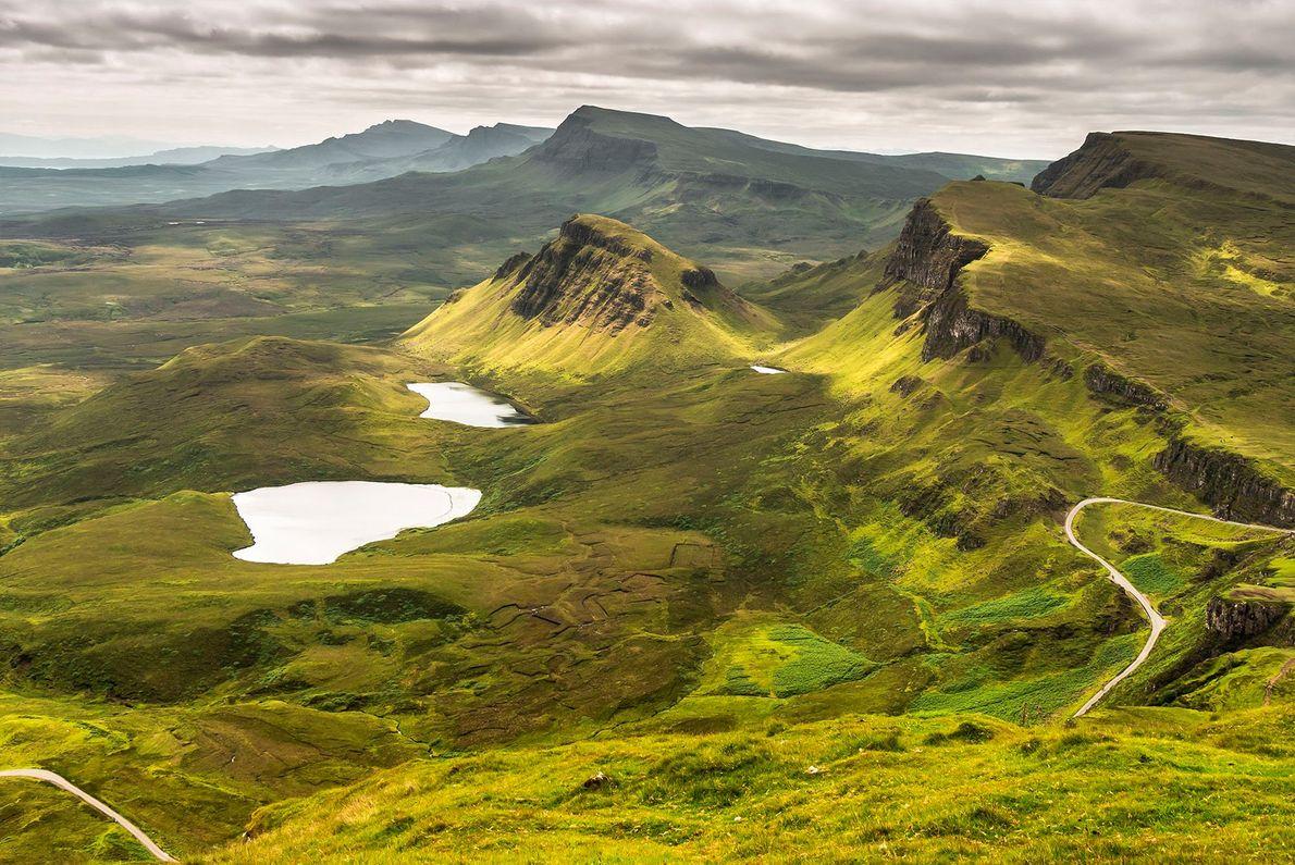 O Trilho Skye estende-se ao longo de 29 quilómetros, na península de Trotternish, na Escócia. Muitos ...