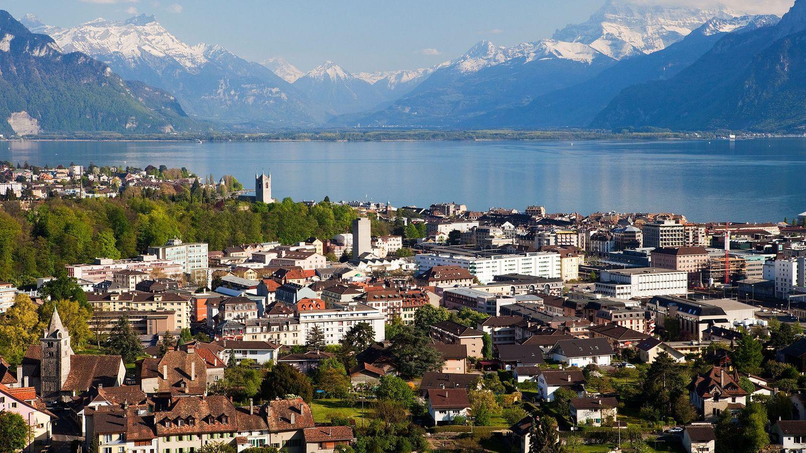 Situada ao longo das margens do Lago Léman, Vevey está localizada perto dos famosos terraços de ...