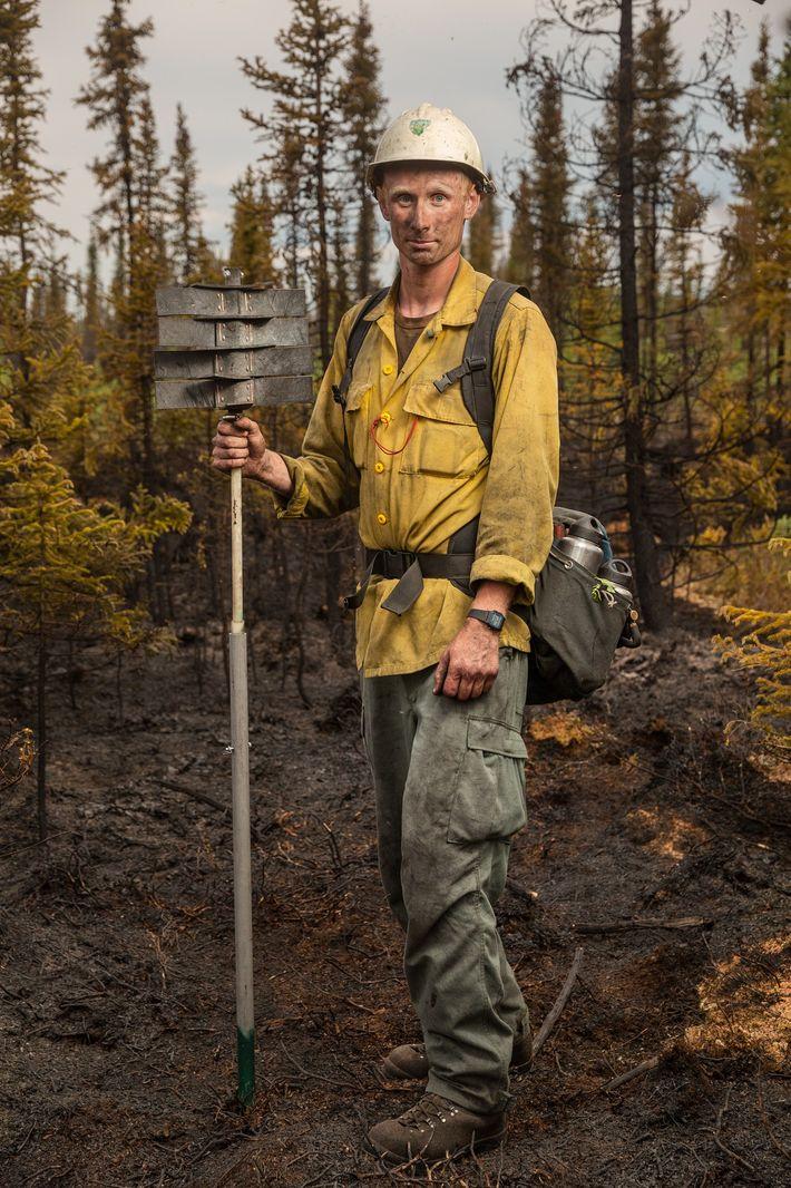 Spencer Robertson faz uma pausa depois de extinguir o fogo 323, que foi ateado por um ...
