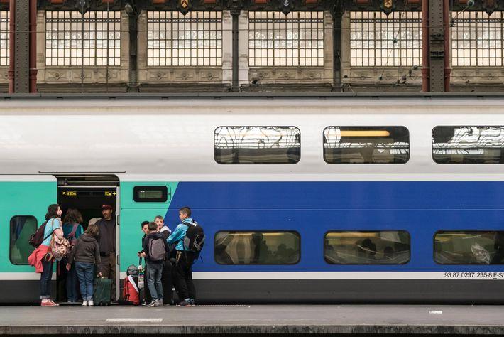 Famílias a subir a bordo do comboio SNCF, em Paris.