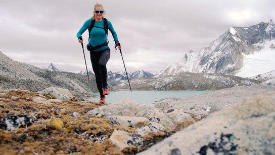 Anna Frost aprecia a paisagem da passagem Gophu La Pass