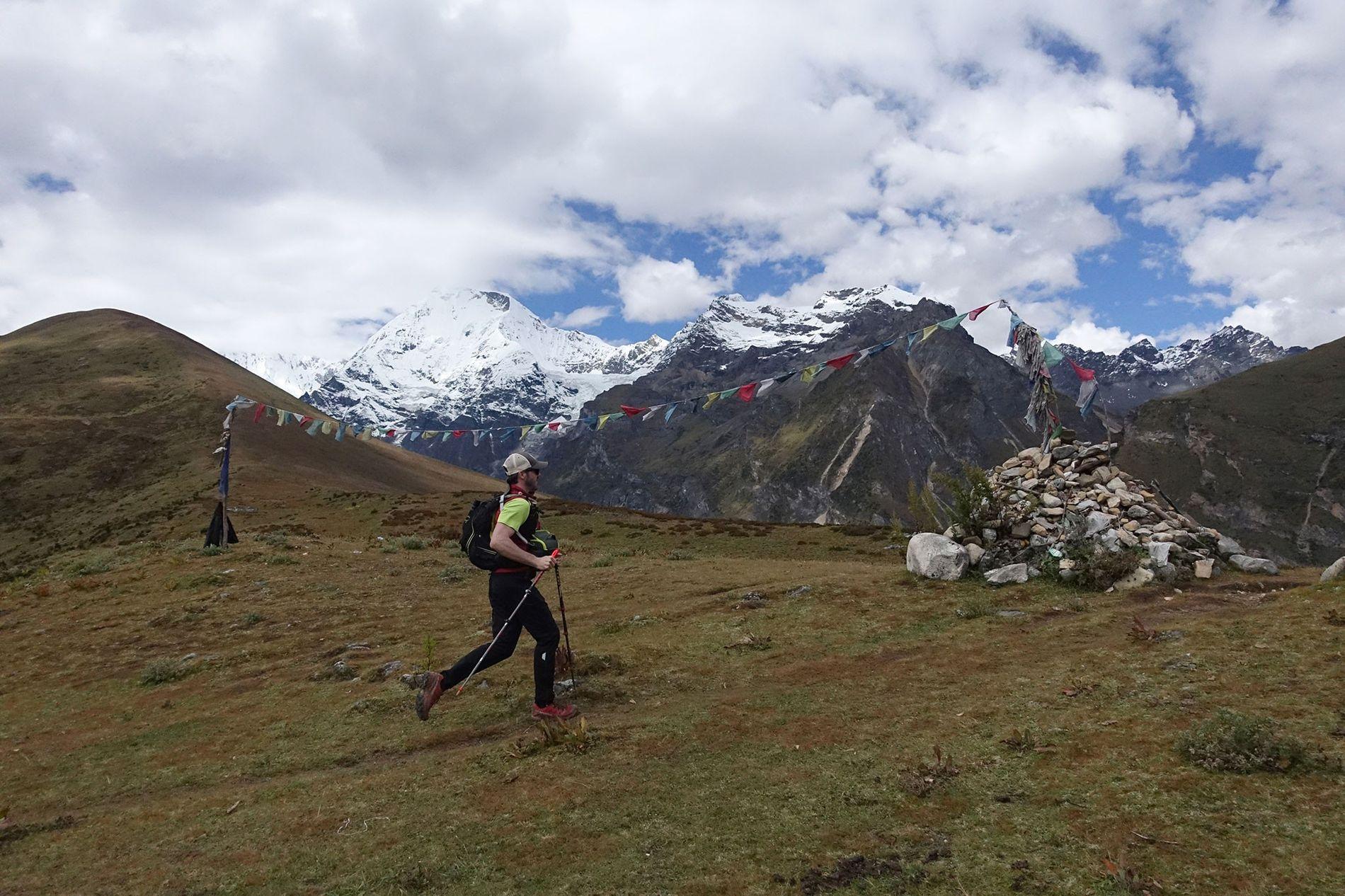 Ben Clark atravessa mais uma passagem a 4200 metros, no quarto dia do percurso pelo Snowman ...