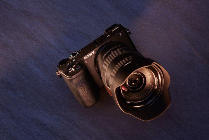 Melhor para: Longos dias a fotografar. Com a bateria ao estilo Z da Sony a6600 consegue ...