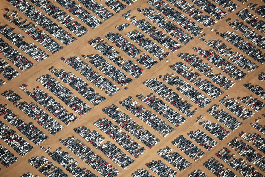 Uma vista aproximada dos veículos armazenados no Aeroporto Logístico do Sul da Califórnia.