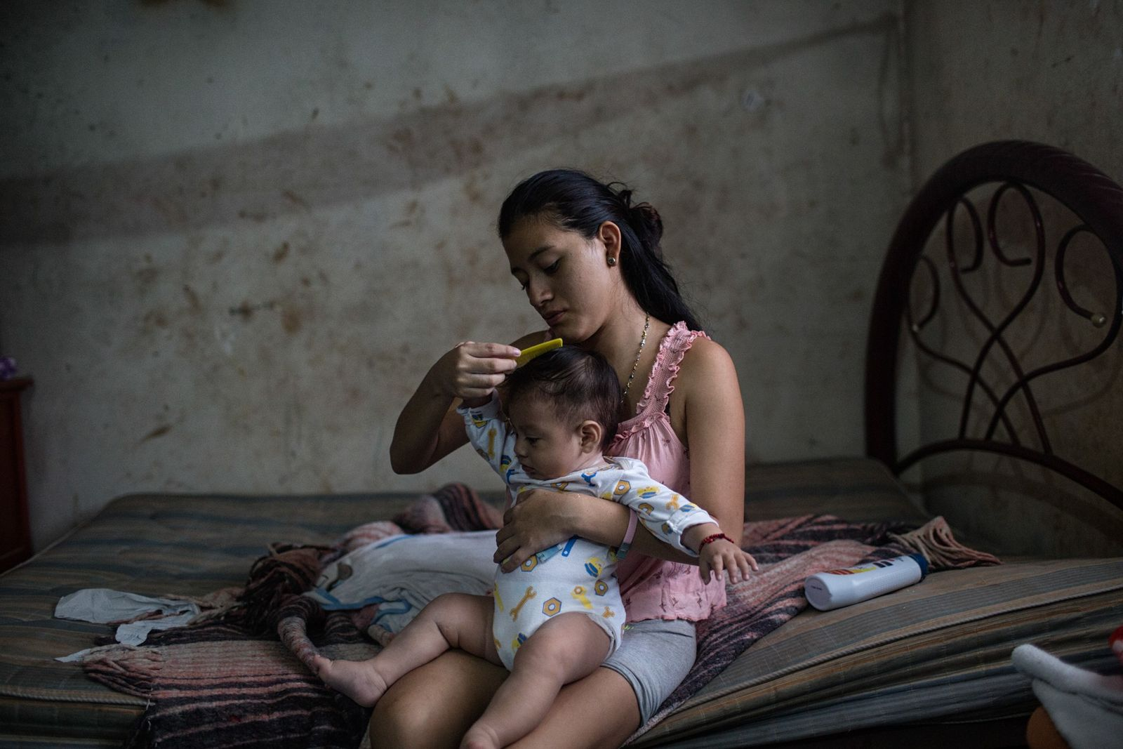 A seguir ao banho, em Tinun, no México, Beatriz, de 18 anos, penteia o cabelo do ...