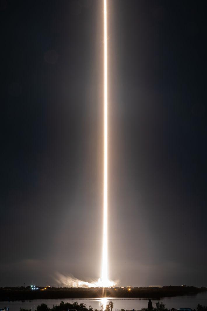Uma fotografia de longa exposição mostra o lançamento da nave Crew Dragon da SpaceX, no Centro ...