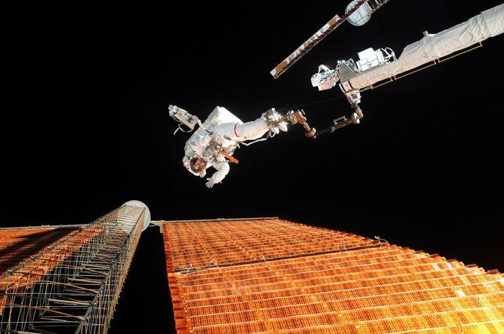 Em 2007, os astronautas da NASA Scott Parazynski e Doug Wheelock (que está fora da imagem) ...