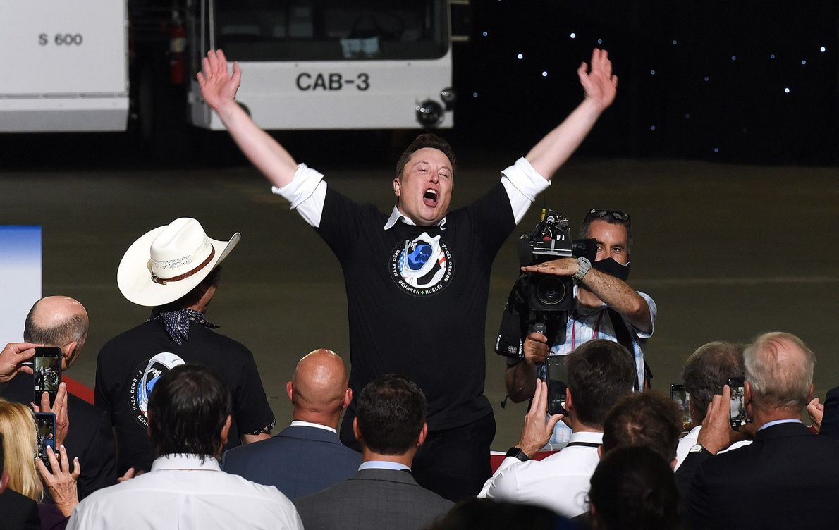 Elon Musk, CEO da SpaceX, comemora o lançamento bem-sucedido do seu foguetão Falcon 9, com a ...