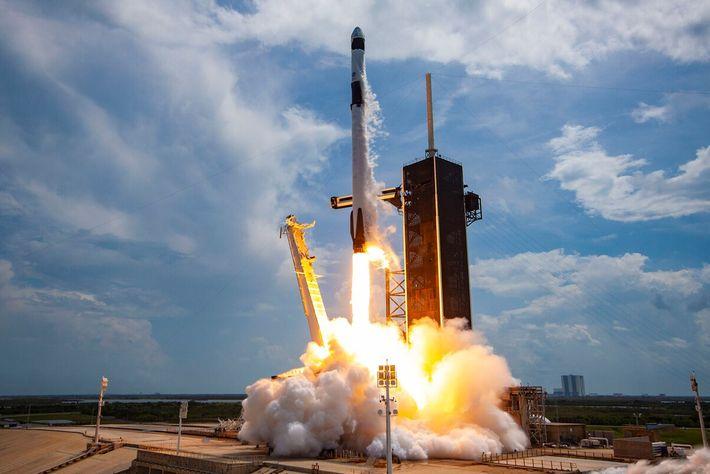No dia 30 de maio, em Cabo Canaveral, na Flórida, a SpaceX lançou os primeiros astronautas ...