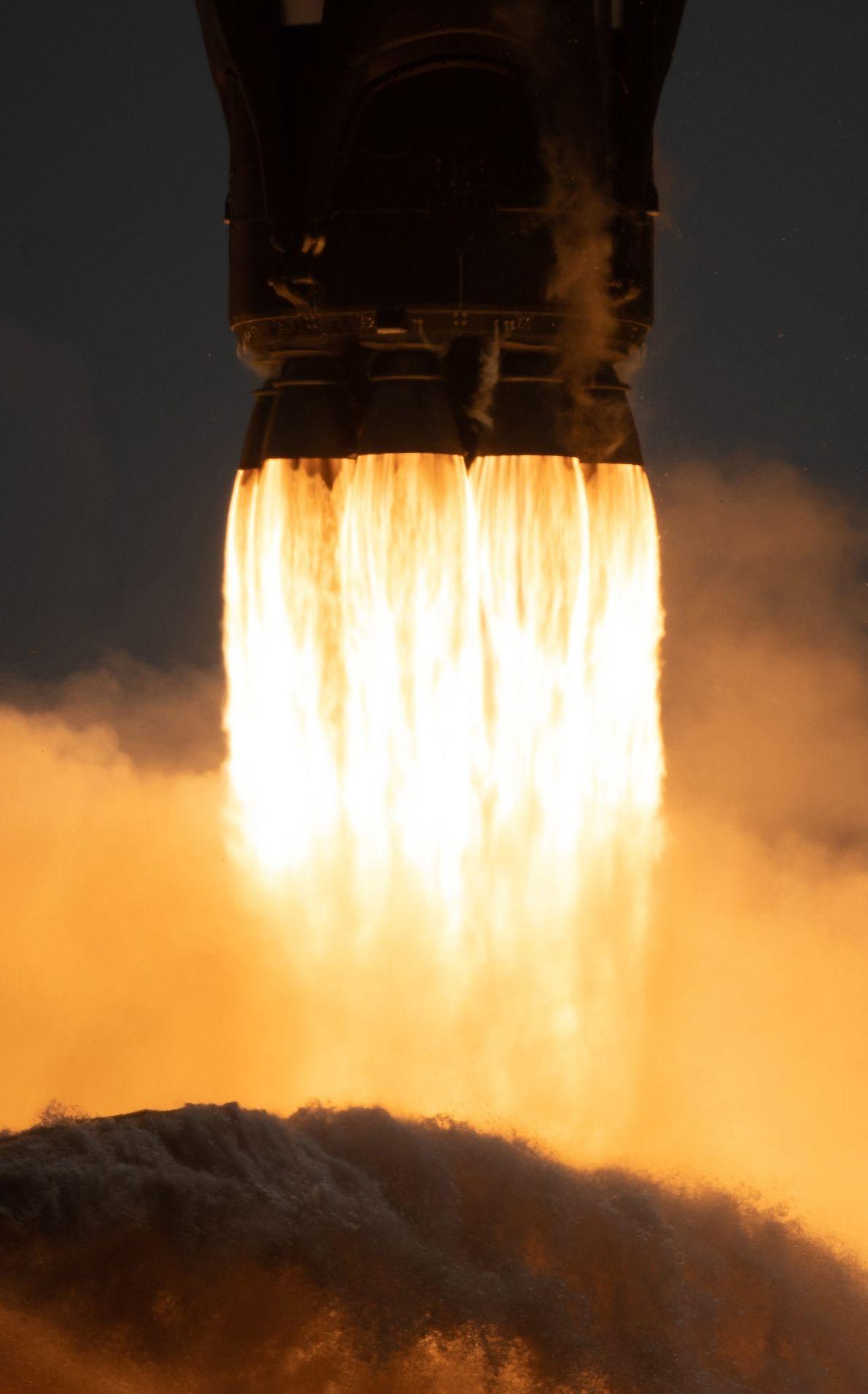 A viagem inaugural de dois estágios do foguetão Falcon 9, da empresa SpaceX, foi lançada de ...
