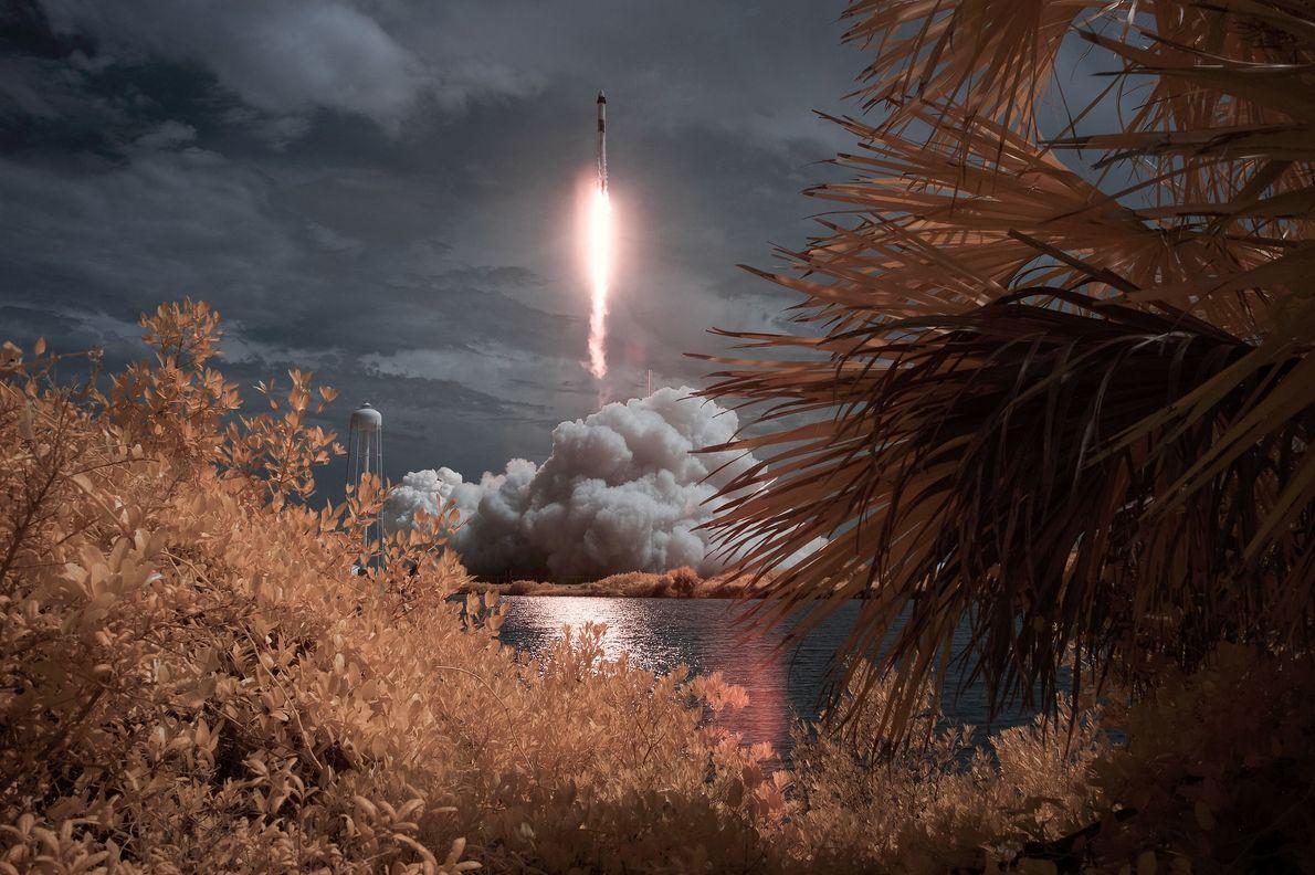 Uma exposição de infravermelhos capta o lançamento da missão Demo-2 da SpaceX e da NASA em ...