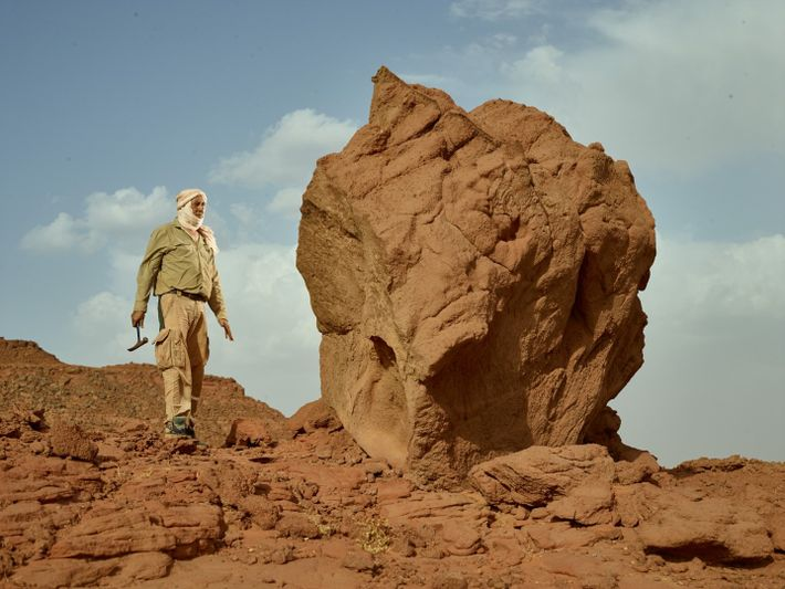 Samir Zouhri, paleontólogo da Universidade Hassan II de Casablanca, explora um sítio perto de Sidi Ali, ...