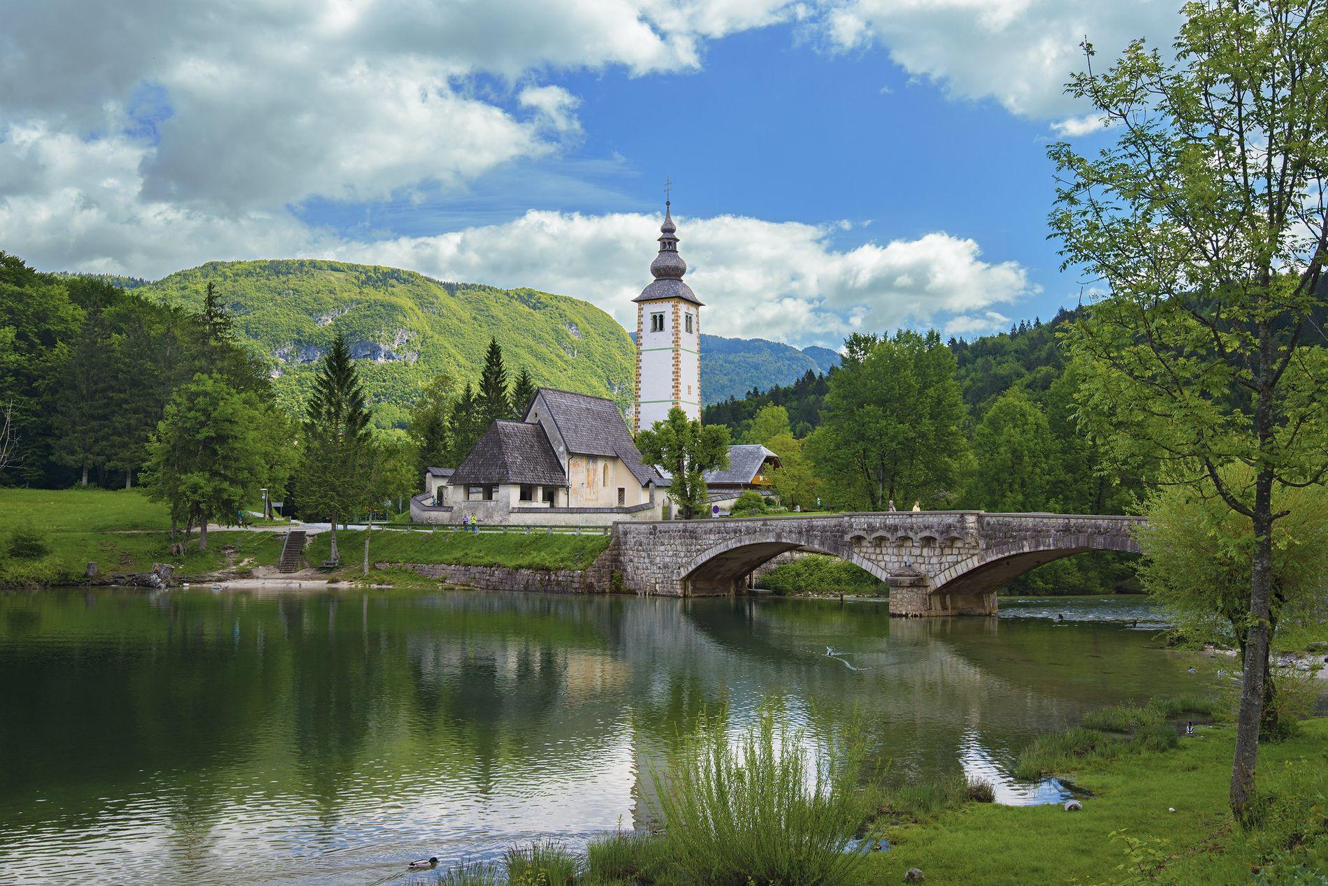 A igreja de St. John the Baptist situa-se por detrás do lago Bohinj, na Eslovénia.
