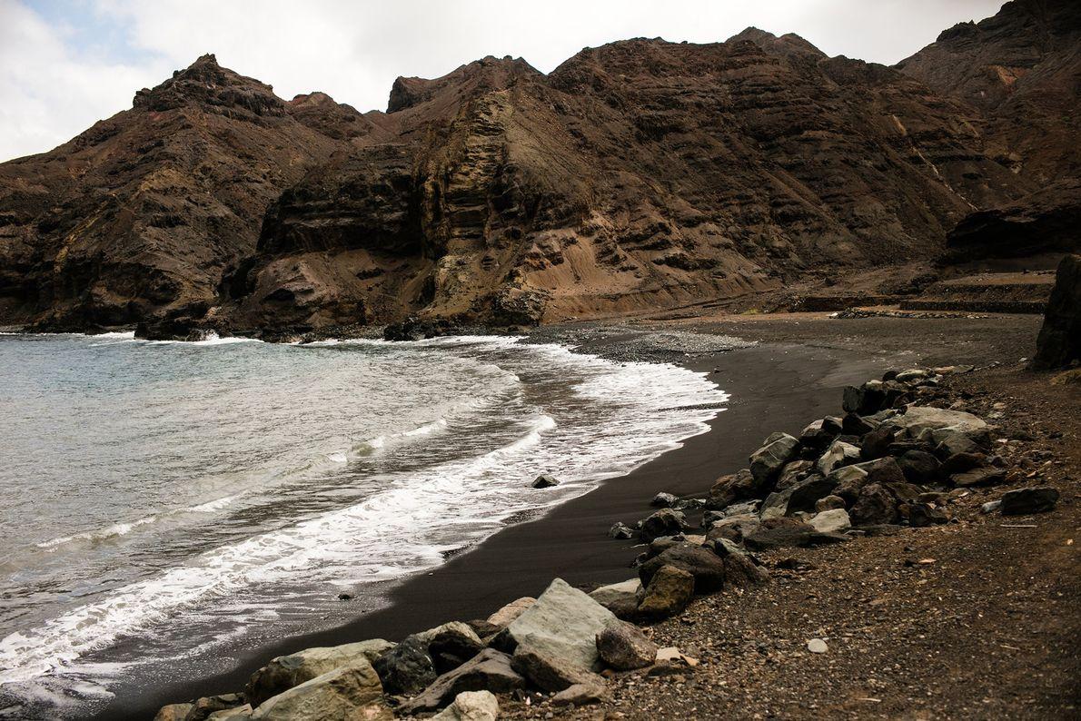 Em Sandy Bay, a praia de areia negra vulcânica costuma estar cheia de pessoas aos fins ...
