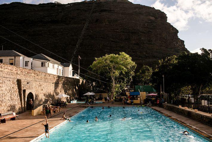 """Uma piscina em Jamestown que atrai os """"santos"""", ou seja, os habitantes de Santa Helena."""