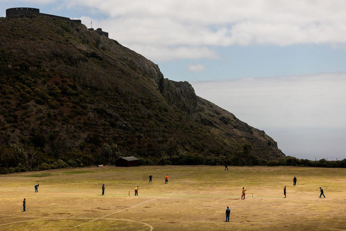 As tradições britânicas, como este jogo de críquete a um domingo, continuam vivas em Santa Helena.