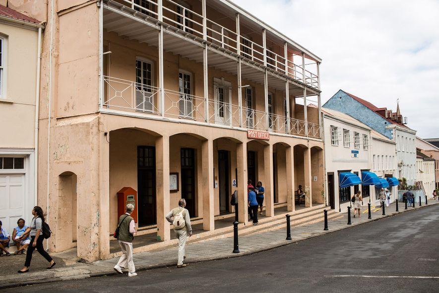 Os edifícios pálidos de Jamestown contrastam com o céu da ilha.