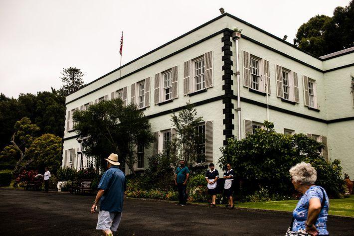Os visitantes passam pela Casa da Plantação em Santa Helena. A residência oficial do governador da ...